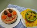 アンパンマンケーキごはん&フルーツポンチ: 材料 鮭ごはんの上に、ブラウンマッシュルーム・にんじん・トマト・パプリカで顔を描く