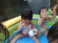 水あそび: プールの中でも色々なモノで遊びます。