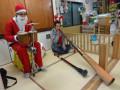 クリスマス会: この年は、オーストラリアの楽器・ディジュリドゥ(シロアリがユーカリの木を空洞にしたもの)の生演奏が聴けました。