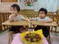 おめでとう!スイートポテトケーキ(メイプルシロップで香りをひきたて、ぶどうとサツマイモのマッシュで飾り付け。)でお祝いをしました♪