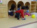 遊び棚: みんなの部屋が並んでるみたい。お隣さんは何して遊んでるのかしら?