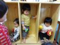 遊び棚: おもちゃを持って入ると自分のお部屋みたい。