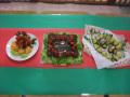 クリスマスおやつメニュー: ケーキ・焼き芋・フルーツの盛り合わせ(ケーキはお店に注文しました) 材料:玄米粉・豆乳・てんさい糖・木綿豆腐など