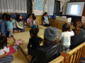 10月クラス懇談会: 写真等を用いて、日頃の様子を分かりやすくお伝えします。子どもたちもかじりつきで観てくれます(笑)。