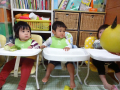 晩白柚(ばんぺいゆ)の鬼をじーっと見る子どもたち。興味を示しながらもちょっと体は逃げている!?