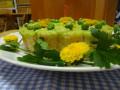 土台の中は人参の炊き込みご飯、グリンピースとじゃが芋のマッシュでコーティングして、 飾りグリンピースと食用菊でデコ。タンポポ見たいでしょ!