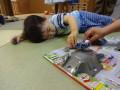同窓会: よく遊んでいたおもちゃに夢中!