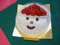 じゃ~ん、子どもたちはサンタさんの顔のケーキにびっくり!
