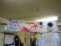 うさぎ組の子は、白い布をキャンパスに刷毛で鱗をダイナミックに描きました。