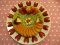 2人が大好きなイチゴと柿がたくさんのった、米粉のタルトケーキでお祝い