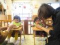 慣らし保育でママと一緒にお昼ご飯。こぐま保育園の年度初め恒例の光景です。